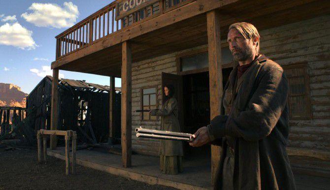 """Mads Mikkelsen es un vaquero danés de pocas palabras en """"The Salvation"""". Al fondo Eva Green. (IFC FILMS/CORTESÍA)"""
