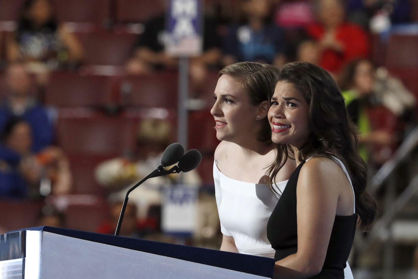 Las actrices América Ferrera, a la derecha, y Lena Dunham hablan en la Convención Demócrata el martes 26 de julio del 2016 en Filadelfia. (AP)