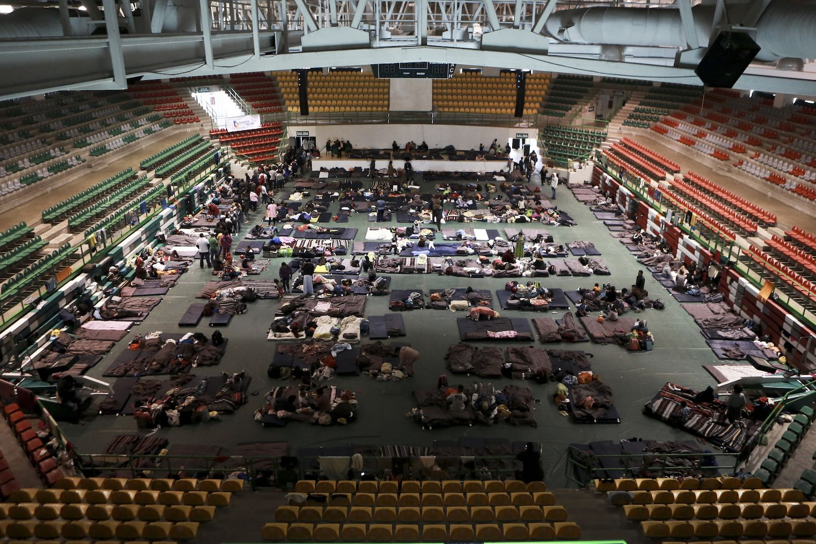 Migrantes de Centroamérica, Africa y el Caribe son atendidos en el Gimnasio del Colegio de Bachilleres de Ciudad Juárez, en espera de solicitar asilo migratorio en Estados Unidos. (AP Photo/Christian Torres)