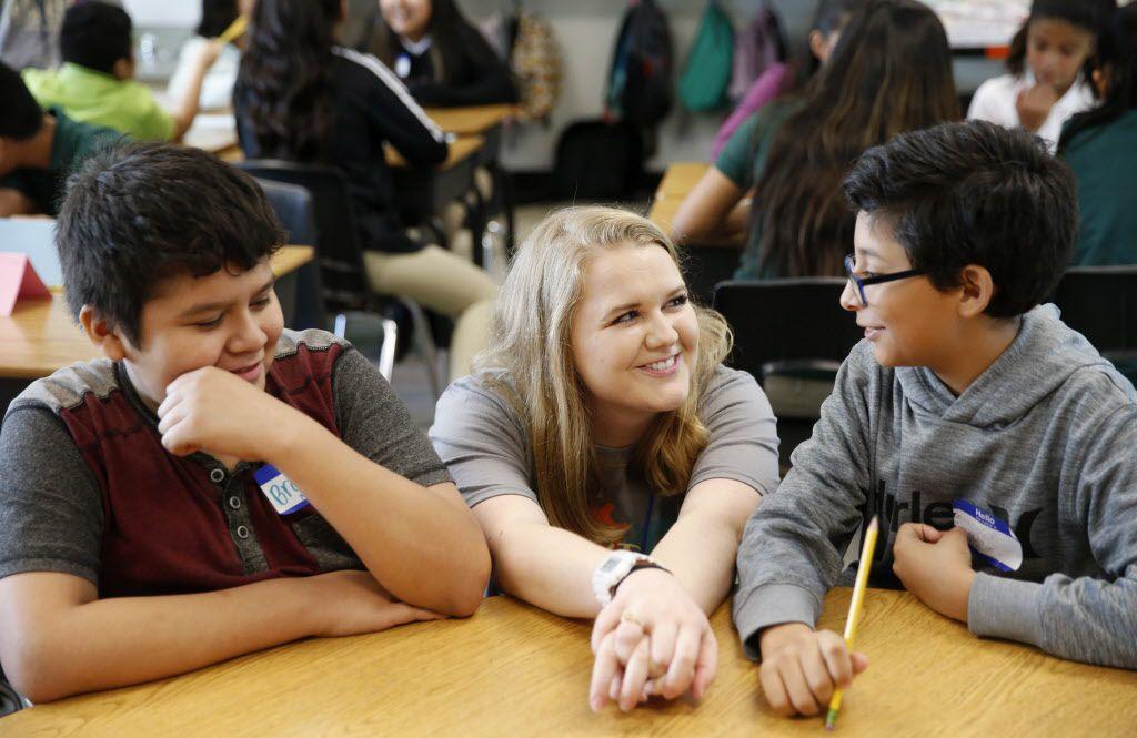 Caroline Rogers platica con sus alumnos Brandon García (der.) y Brandon Navarro durante el primer día de clases en la primaria Carolyn G. Bukhair, al norte de Dallas. VERNON BRYANT/DMN