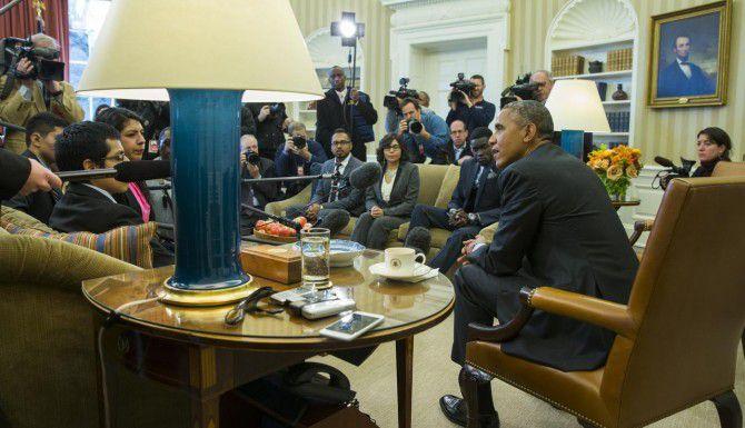 """El presidente Barack Obama se reunió con un grupo de """"dreamers"""" en la oficina Oval y advirtió a los republicanos que vetará cualquier plan que anule la acción diferida. (AP/Evan Vucci)"""