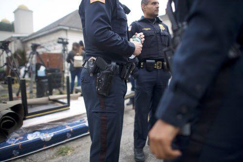 La policía de Paterson, N.J., se reúne en las afueras de la residencia de Sayfullo Saipov, autor de matanza del martes. GETTY IMAGES