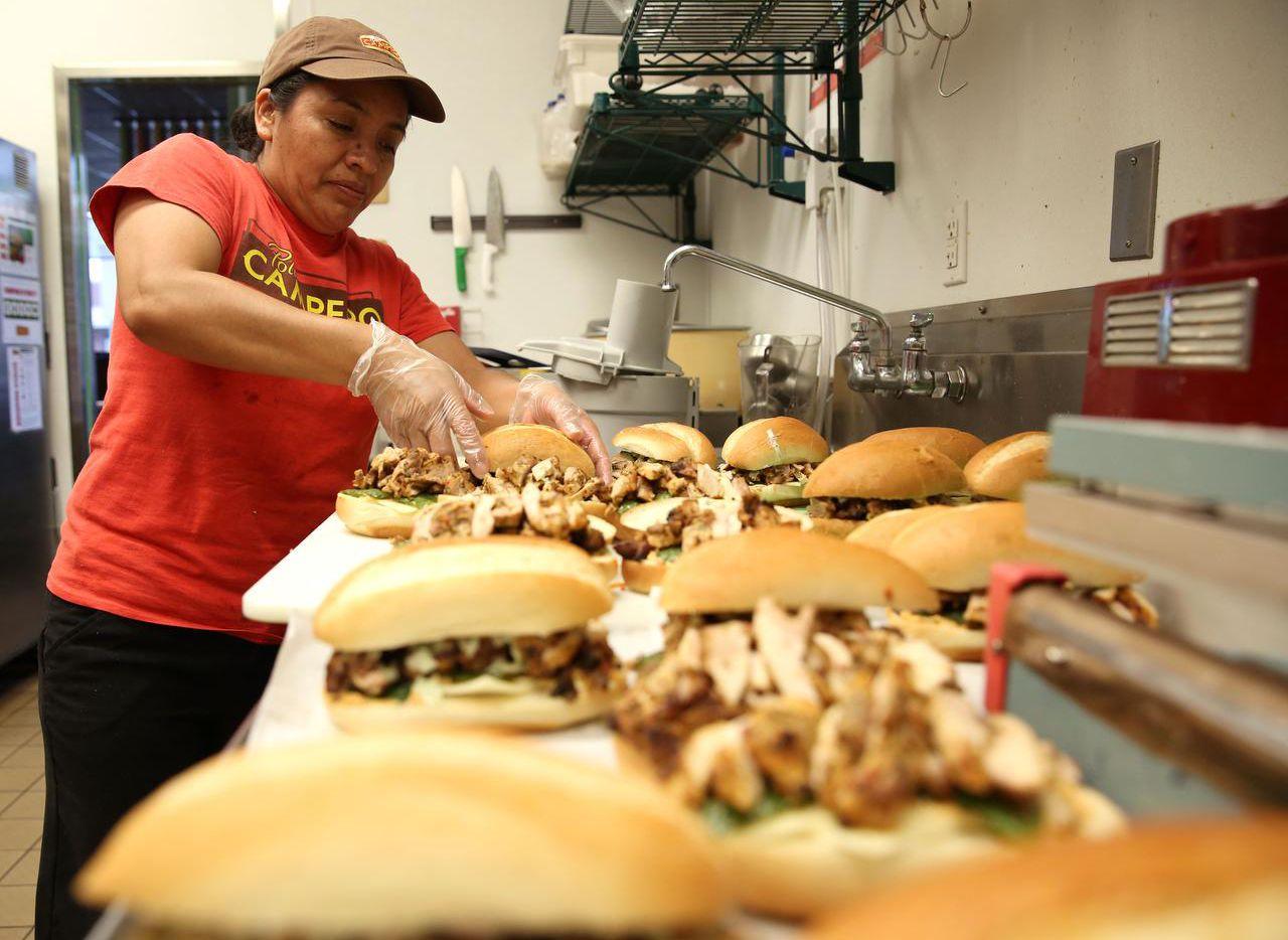 Rosalinda Domingo prepara sándwiches de pollo asado en Pollo Campero, en Dallas. (DMN/ROSE BACA)