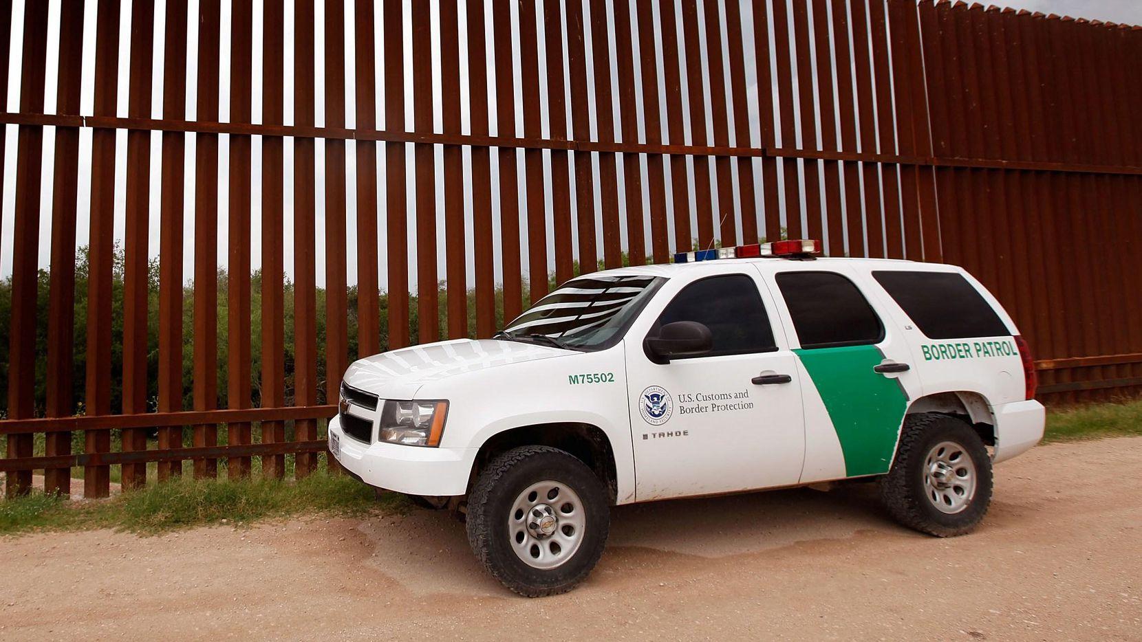 Un vehículo de la Patrulla Fronteriza vigila una sección del muro que divide a Estados Unidos de México.(GETTY IMAGES)