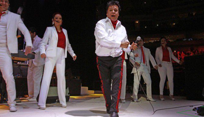 Juan Gabriel baila durante un concierto en el American Airlines Center el 26 de febrero del 2015. (Especial para Al Día/ Ben Torres)