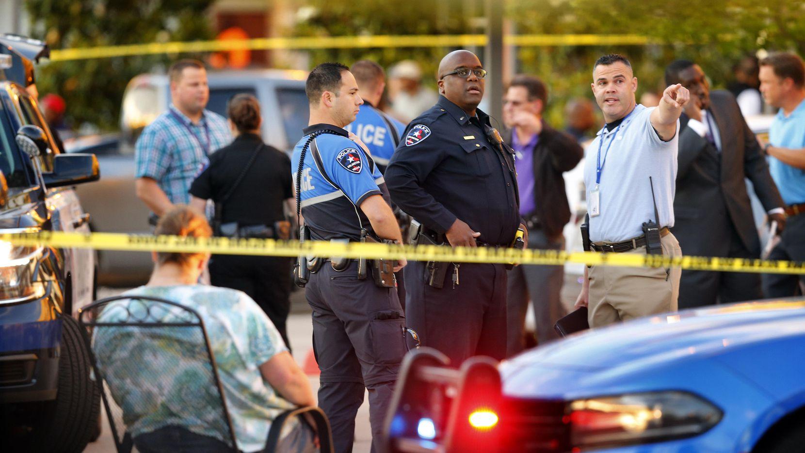 Dos personas murieron en el bar Zona Caliente de Arlington la semana pasada. La policía investiga el incidente como un posible crimen de odio. (DMN/TOM FOX)
