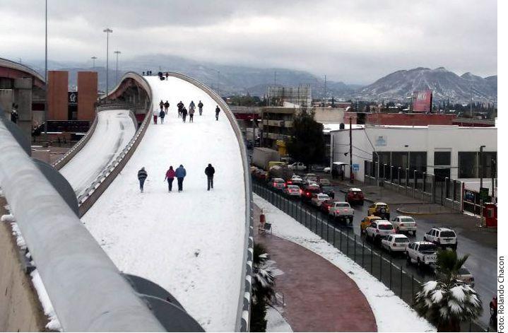 El puente El Sarape, el más grande de Saltillo, fue tomado para jugar en la nieve y a tomarse fotografías./AGENCIA REFORMA
