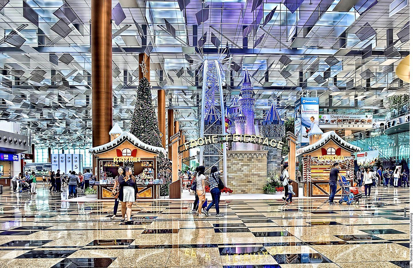 El aeropuerto de Singapur gestionó un récord de 65.6 millones de pasajeros el año pasado y está ampliando su capacidad, construyendo una quinta terminal y una tercera pista, así como una instalación de compras, restaurantes y ocio llamada Jewel. AGENCIA REFORMA