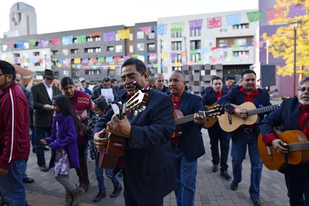Rondalla Romántica toca en vivo durante las posadas anuales gratuitas del Centro Cultural Latino de Dallas. Ben Torres/Especial para Al Día