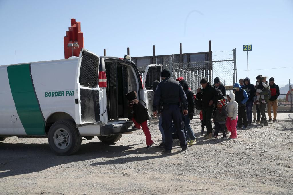Agentes de la Patrulla Fronteriza suben a inmigrantes a inmigrantes en una parte de la frontera entre El Paso y Ciudad Juárez, México. (Getty Images/Justin Sullivan)