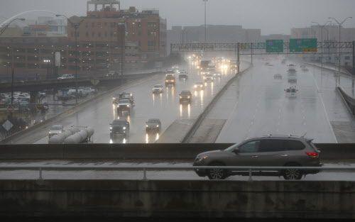 Hubo lluvia congelada el miércoles sobre Woodall Rodgers y otras vías. En algunos lugares hubo que cerrar carreteras. NATHAN HUNSINGER/DMN