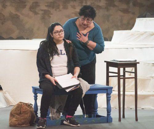 Rosalinda Olivares (izq.) y Cecilia Flores ensayan una escena de la obra. (Rex C. Curry/Special Contributor)
