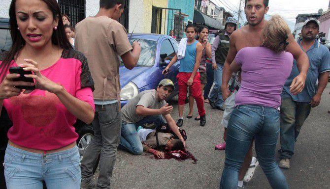 Un joven de 14 años murió tras ser disparado con una escopeta en San Cristóbal, durante protestas en Venezuela. (AFP/GETTY IMAGES/GEORGE CASTELLANO)
