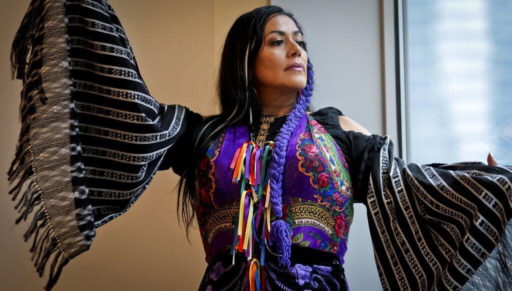 La cantante mexicana Lila Downs posa durante una entrevista en Nueva York el viernes 3 de mayo del 2019. (AP Photo/Bebeto Matthews)
