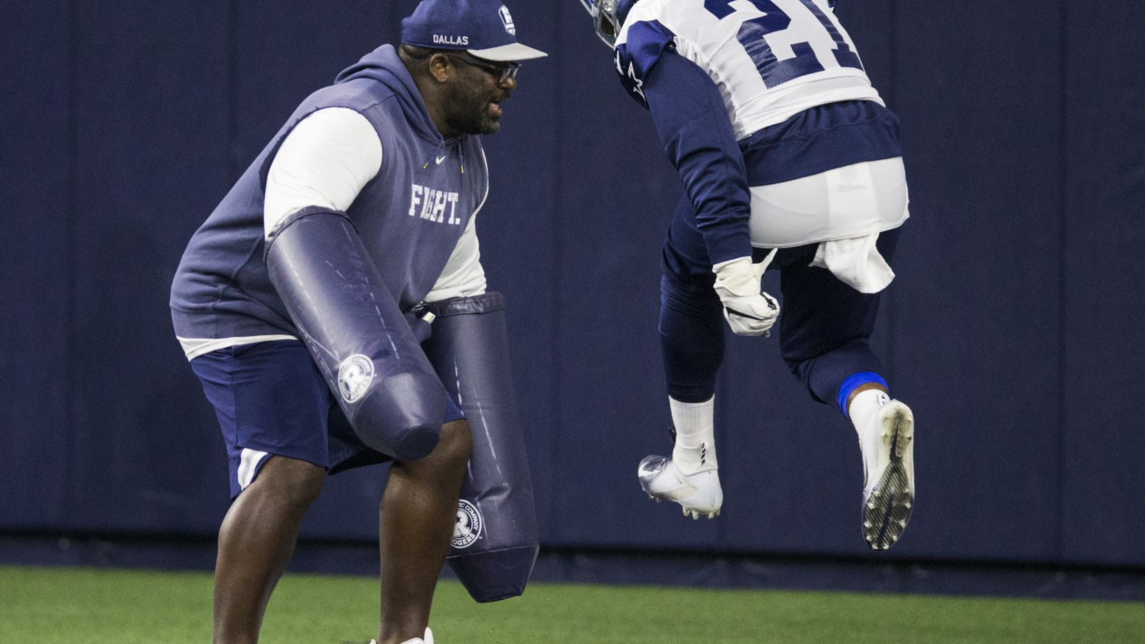 La demanda dice que en el lugar del accidente del corredor de los Dallas Cowboys Ezekiel Elliott (21) llegó el entrenador de running backs coach Gary Brown.