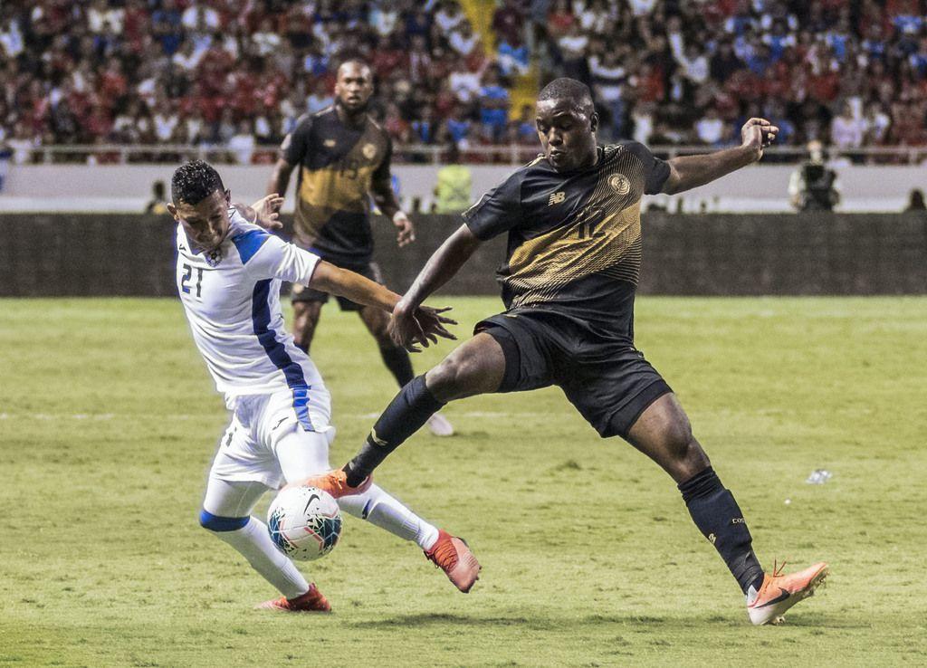 Costa Ricas con Joel Campbell (der) jugarán ante Bermuda el jueves en Frisco. Más temprano, Nicaragua y Francisco Flores (izq.) enfrentarán a Haití en el mismo escenario. (BECERRA / AFP)EZEQUIEL BECERRA/AFP/Getty Images