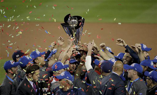 El equipo de Estados Unidos celebra tras consagrarse campeón del Clásico Mundial de Béisbol al vencer 8-0 a Puerto Rico en la final, el miércoles 22 de marzo de 2017. (AP Foto/Jae C. Hong)