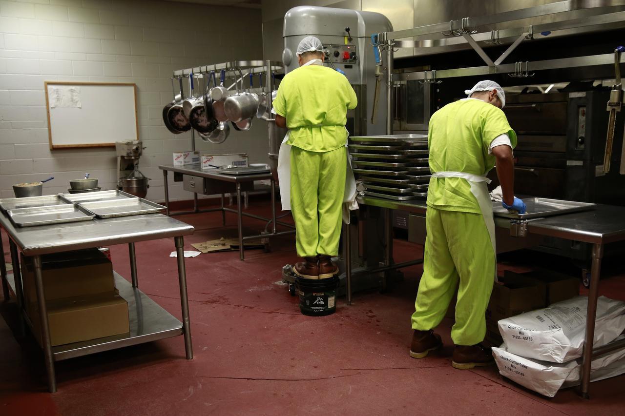 Indocumentados detenidos por ICE trabajan en la cocina de un centro de detención en Richmond, California. Una orden ejecutiva amplía las prioridades de deportación para indocumentados. (NYT/RAMIN RAHIMIAN)