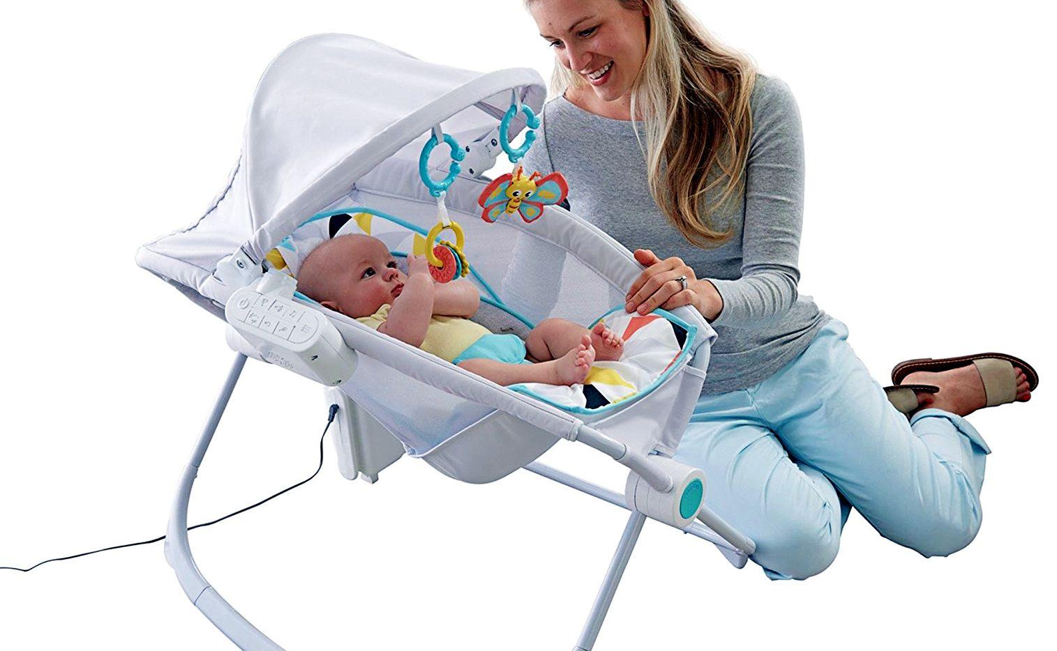 Acostar al bebé en la cuna Premium Auto Rock 'n Play Sleeper de Fisher-Price te dará el control de sus arrullos. Con la app Smart Connect puedes hacer que vibre en dos velocidades. AGENCIA REFORMA