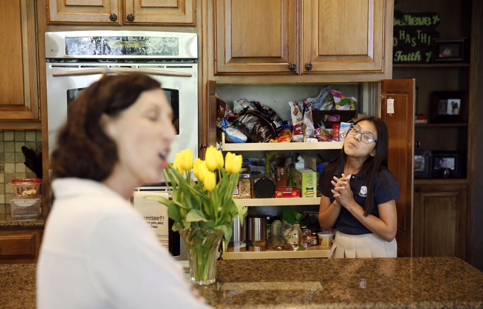 Emi Ballard intenta convencer a su madre que le deje comer una golosina. VERNON BRYANT/DMN