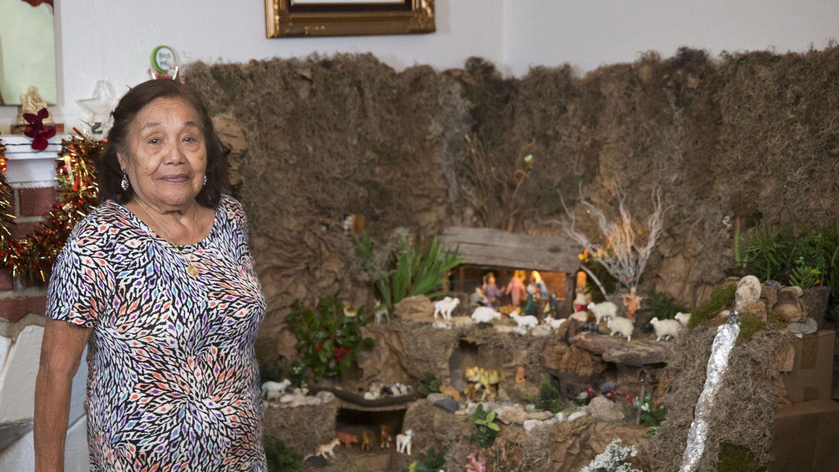 Carmen Meza muestra su nacimiento en su casa en Oak Cliff, una tradición que ha seguido desde 1964. (DMN/DANIEL CARDE)