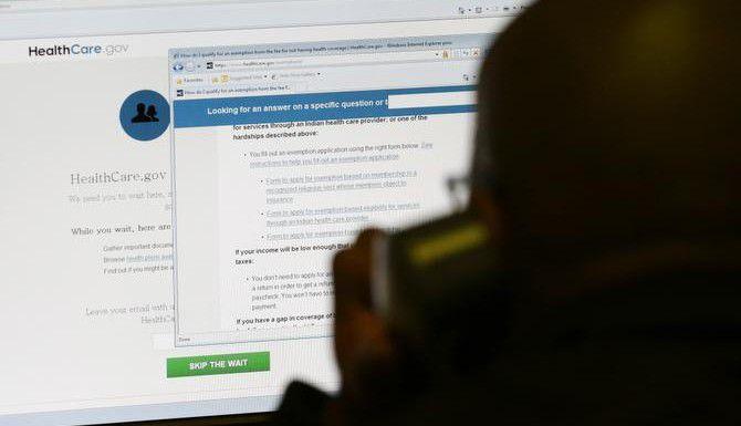Um hombre intenta adquirir un seguro bajo la ley de Cuidado de Salud Asequible. (AP/LM OTERO)