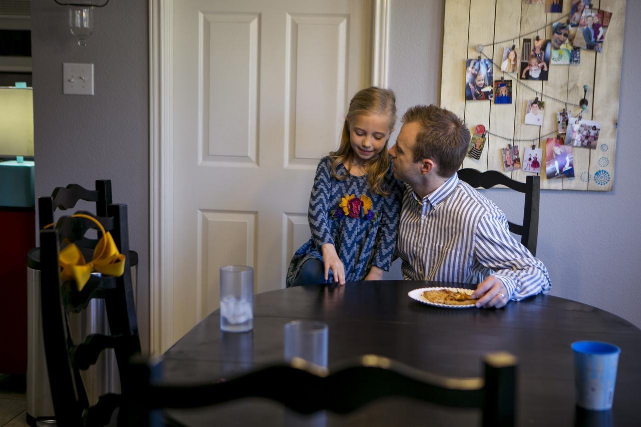 Bella Burkholder, de 7 años de edad, y su padre Kyle, quienes pagan por sus gasots médicos mediante un ministerio de iglesia en San Antonio, Texas el 7 de febrero de 2016. (NYT/ILANA PANICH-LINSMAN)