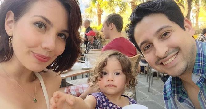 Javier Valadez (der.), Cassandra Heitman y su hija Sophia aparecen en esta foto tomada en Dallas en marzo. (CASSANDRA HEITMAN/CORTESÍA)
