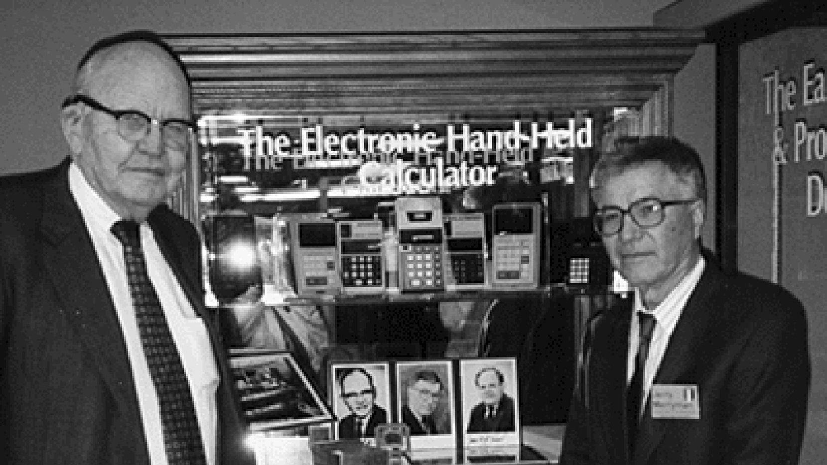 Jack Kilby y Jerry Merryman, co inventores de la calculadora portatil en una fotografía tomda en 1997 en Texas Instruments. (AP/Phyllis Merryman)