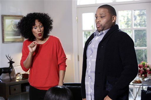 """En esta imagen difundida por la cadena ABC, Tracee Ellis Ross, a la izquierda, y Anthony Anderson en una escena de la serie de comedia """"Black-ish"""". (Nicole Wilder/ABC via AP)"""