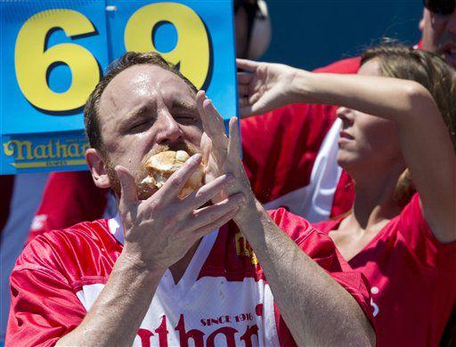 """Joey """"Jaws"""" Chestnut compite en el concurso de comer salchichas por el 4 de julio de Nathan's Famous, el 4 de julio del 2016, en Nueva York./AP"""