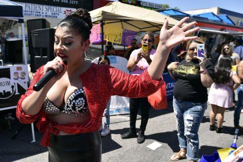 Muriel Argueta, de 17 años hace su mejor versión de Selena durante el tradicional festejo del Cinco de Mayo en Oak Cliff.
