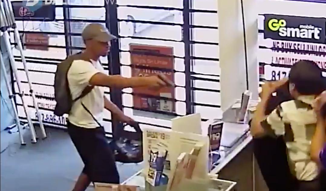 Dos ladrones forcejearon con empleados en una tienda de celulares en Arlington.