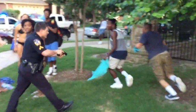 El policía de McKinney Eric Casebolt es captado en un video de un teléfono celular amenazando con su pistola a dos jóvenes que se acercaron a él cuando el policía azotó a una chica al suelo cerca de la alberca de unos departamentos.(CORTESÍA)