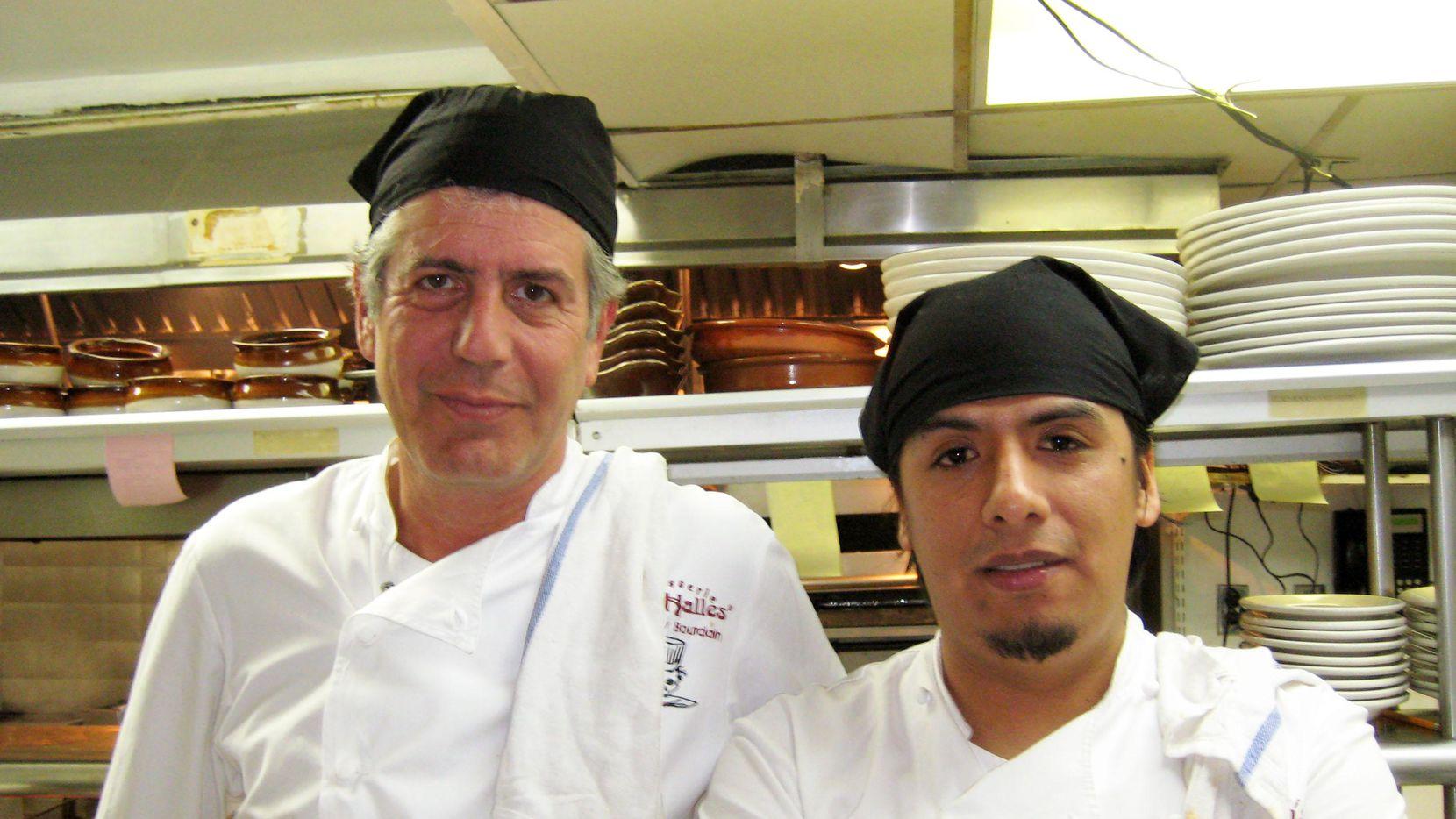 Anthony Bourdain posa junto al chef mexicano Carlos Llaguno (fallecido en 2015), uno de sus ayudantes en la cocina del restaurante Les Halles en New York.(AP)