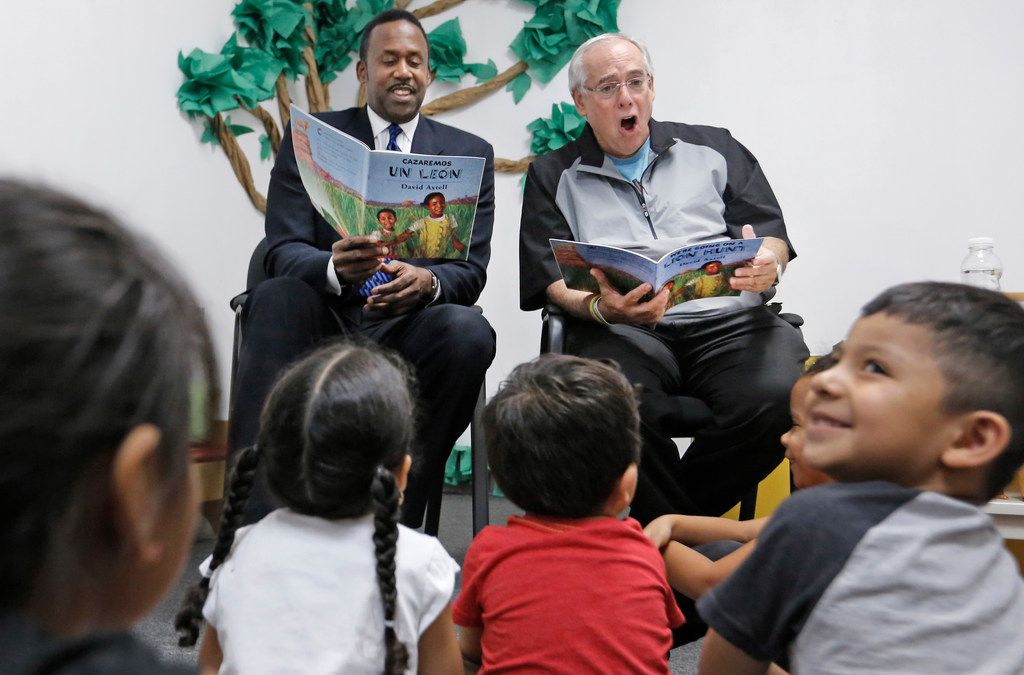 Former Dallas Mavericks star Rolando Blackman and legendary sports announcer Brad Sham read to school children at Creative Steps Academy, an Educational First Steps (EFS) school, on West Northwest Highway in Dallas on Tuesday, October 9, 2018. (Louis DeLuca/The Dallas Morning News)