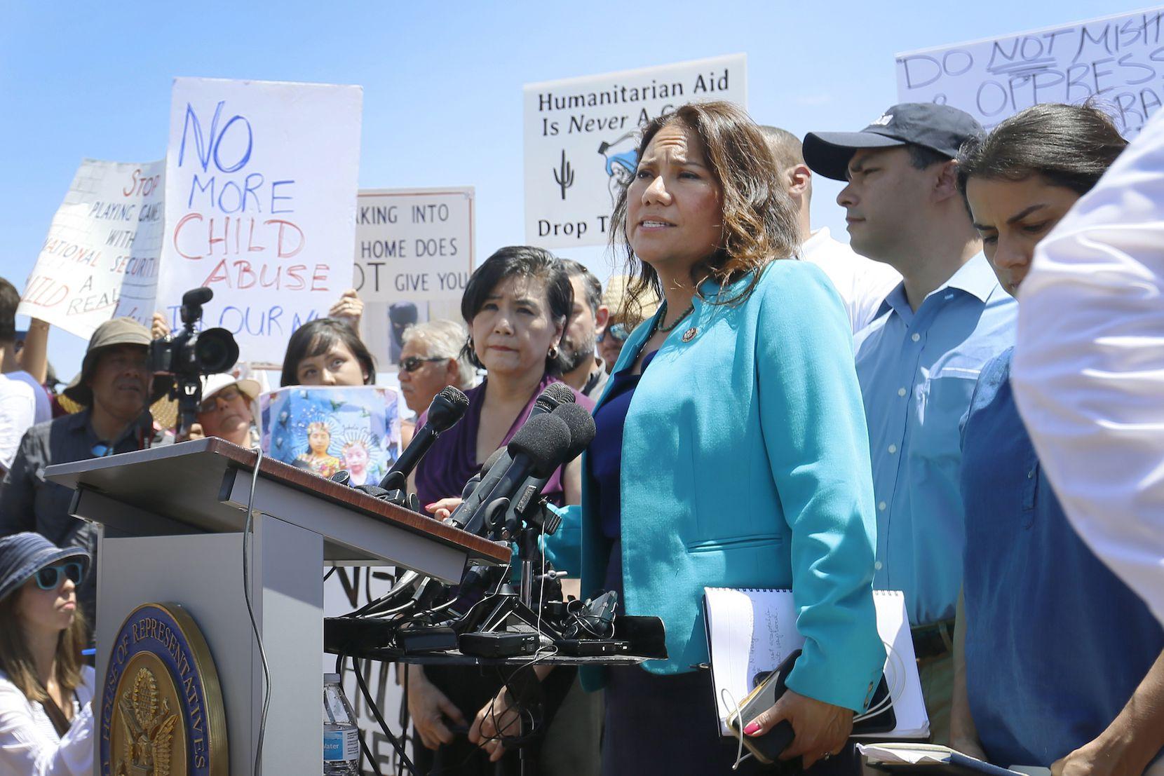 La representante demócrata Verónica Escobar de El Paso, en el centro de detención para menores migrantes en Clint, Texas. (Briana Sanchez / El Paso Times via AP)