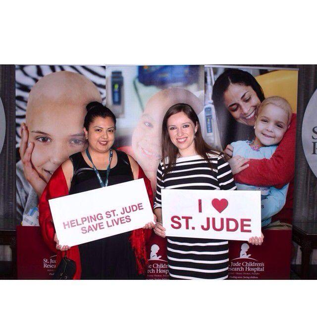 Lorena Flores (izquierda) durante una visita al Hospital St. Jude junto a Aidee Salinas./ cortesía.