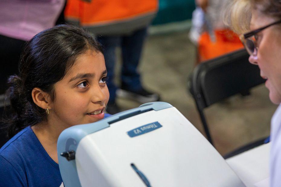 Genesis Campos, de 9 años, recibe un examen de visión durante la Feria de Regreso a Clases del Alcalde.