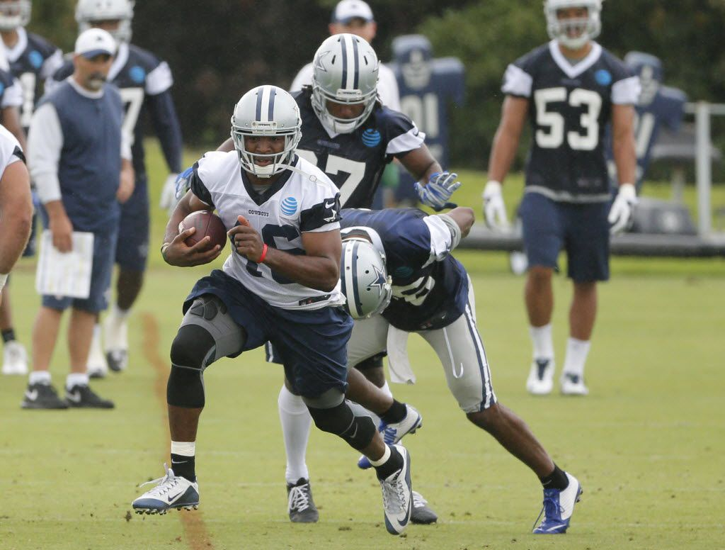 Dallas Cowboys running back Alfred Morris (46) runs the ball as the team works out during an NFL football training camp, Wednesday, June 1, 2016, in Irving, Texas. (AP Photo/Tony Gutierrez)