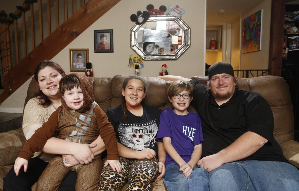 Tommy Ogletree (desde la izq.) junto a sus hijos Zachary, Sydney y Bradley. A la derecha su madfre Kelley, en Lewisville. Zachary tiene autismo y sus terapias dependen de CHIP, un programa de seguro infantil en riesgo de ser cancelado. (DMN/VERNON BRYANT)