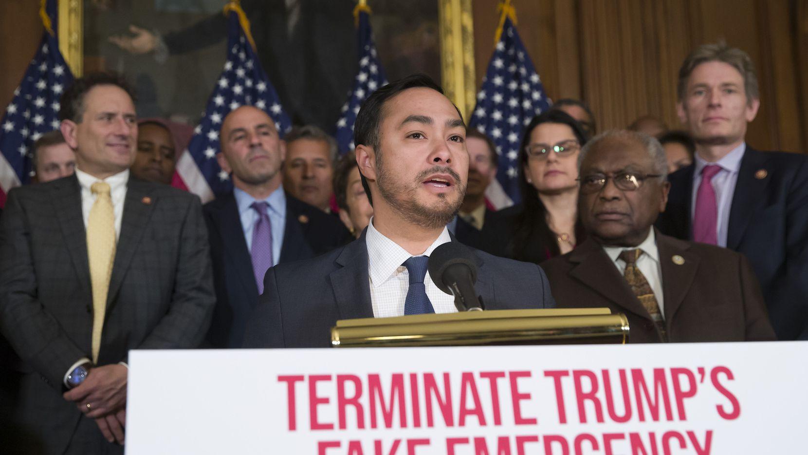 El representante Joaquín Castro de San Antonio explica la razón por la que legisladores demócratas votaron en contra de la declaración de emergencia nacional por parte del presidente Donald Trump. AP