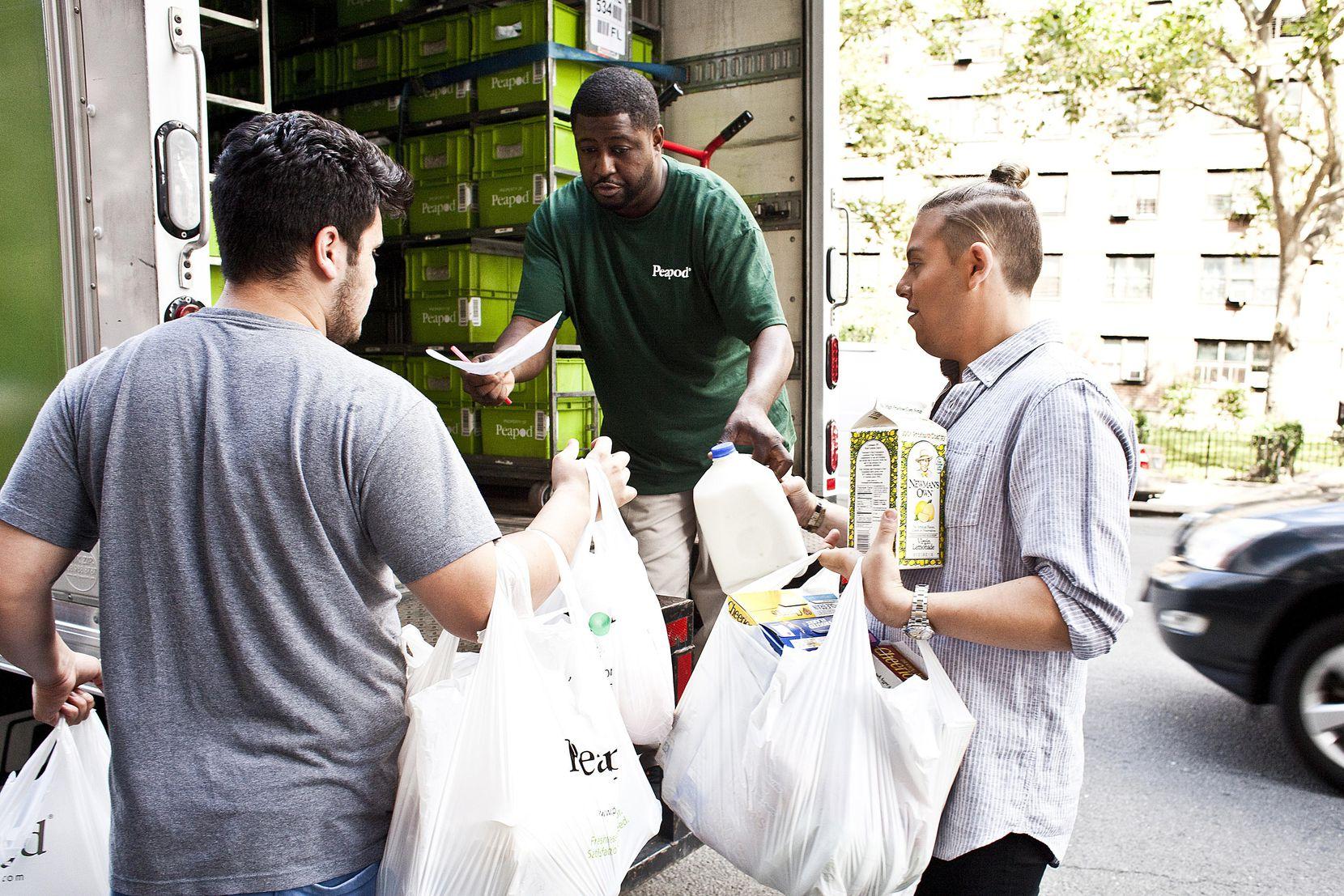Los supermercados ahora organizan las compras y las llevan a la casa de los consumidores.