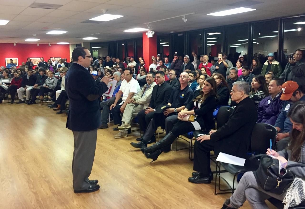 """El cónsul de México, Francisco de la Torre, atiende a una sala repleta en la primera reunión comunitaria, dedicada a responder a los """"retos de la actual coyuntura"""". (DMN/DIANNE SOLÍS)"""