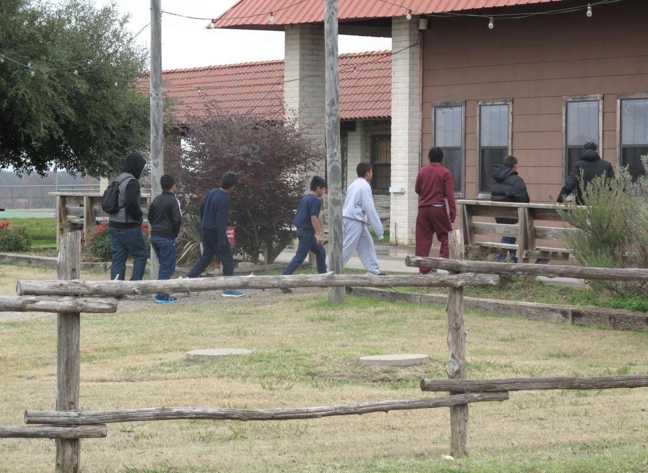 Niños centroamericanos que llegaron solos a Estados Unidos en un campamento en el condado de Rockwall. (CORTESÍA/DHHS)