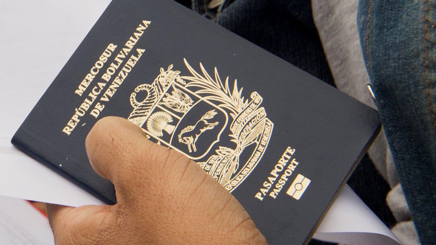 Una persona portando el pasaporte de Venezuela en la embajada de Estados Unidos en caracas. GETTY IMAGES.