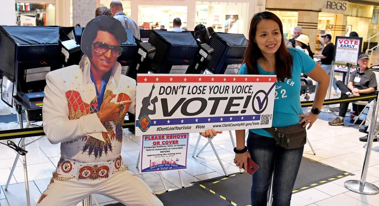 Jeanne Márquez de Nevada posa junto a una imagen de Elvis Presley luego de votar por primera vez (GETTY IMAGES/ETHAN MILLER)