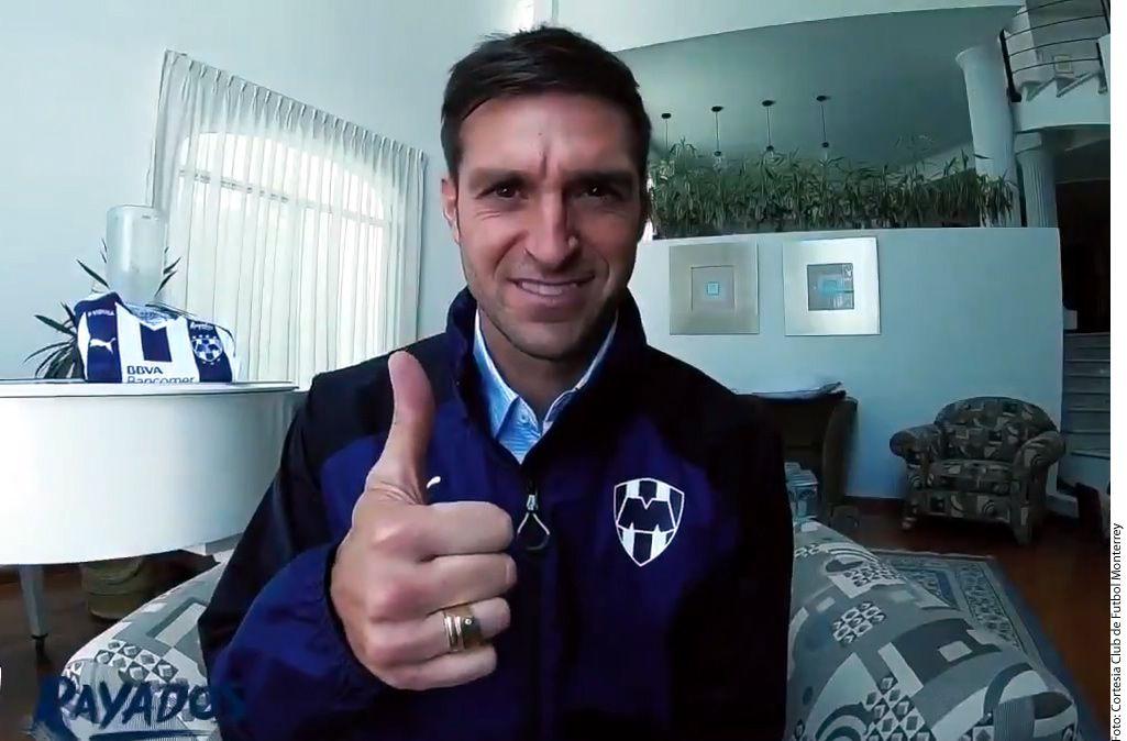 Diego Alonso ya posó con la indumentaria de los Rayados./ AGENCIA REFORMA