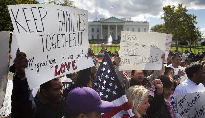 Manifestantes protestan frente a la Casa Blanca para exigir un decreto que suspenda la deportación de millones de indocumentados. (AP/JACQUELYN MARTIN)