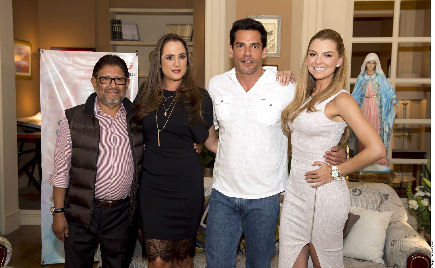 El productor Juan Osorio (izq.) y los actores Betty Monroe (centro izq) y Cristián de la Fuente (centro der.) le dieron la bienvenida a Marjorie de Sousa (der.) a Sueño de Amor./AGENCIA REFORMA